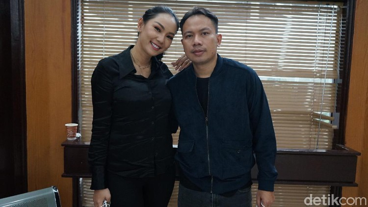Presenter Vicky Prasetyo bersama Kalina saat hadir di Pengadilan Negeri Jakarta Selatan, Jakarta, Rabu, (2/12/2020)