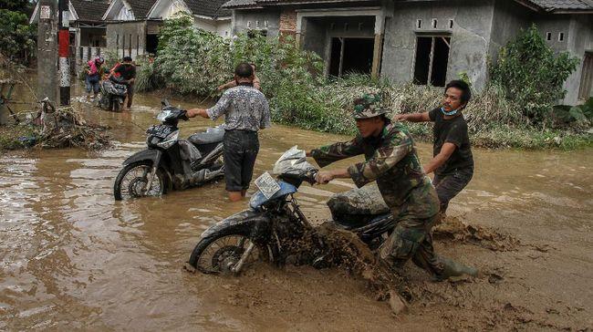 Setidaknya lima orang meninggal dunia dan dua lainnya belum ditemukan akibat banjir yang menerjang 10 kecamatan di Medan, Sumatra Utara.