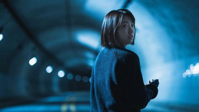 Review The Call menilai film ini digarap dengan serius oleh Lee Chung-hyun dengan menggunakan alur cerita yang mampu membuat penonton tak bisa menduga.
