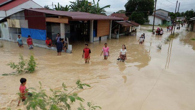 Sebanyak 350 keluarga di tiga kecamatan di Lombok Tengah terdampak banjir sejak Sabtu (30/1) akibat curah hujan tinggi.
