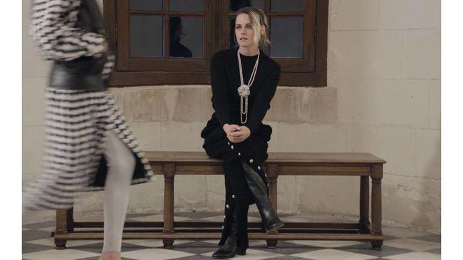 Kristen Stewart menjadi satu-satunya tamu fashion show Chanel 2021 Métiers d'Art, di tengah 300 model dan kru.