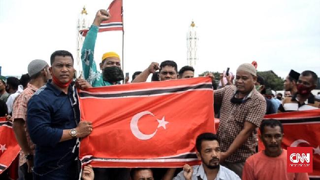 Eks kombatan GAM memperingati milad dengan membentangkan bendera bulan bintang di Masjid Raya Baiturrahman, Aceh. Mereka menyerukan realisasi Mou Helsinki.