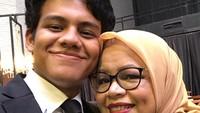 <p>Momen kebersamaan Mikail dan ibundanya nih. Hangat sekali ya. (Foto: Instagram @mikailbaswedan)</p>