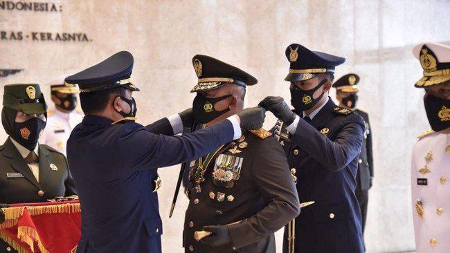 Sebanyak 10 perwira tinggi lintas matra mendapat Bintang Dharma karena dianggap memberi keuntungan bagi kemajuan TNI.