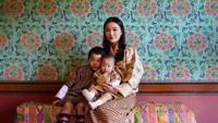 <p>Sekarang, Jetsun Pema menghabiskan waktu sebagai ratu dan mengurus dua anak laki-lakinya, Bunda. (Foto: Instagram @queenjetsunpema)</p>