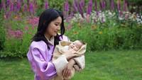<p>Sebagai seorang ratu, ibu dua anak ini selalu terlihat cantik dan anggun lho. (Foto: Instagram @queenjetsunpema)</p>