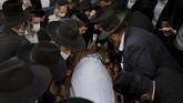 Ribuan orang menghadiri prosesi pemakaman Rabi Yahudi, Aharon David Hadash yang meninggal karena didiagonas Covid-19 pada Rabu (2/12) di usia 93 tahun.