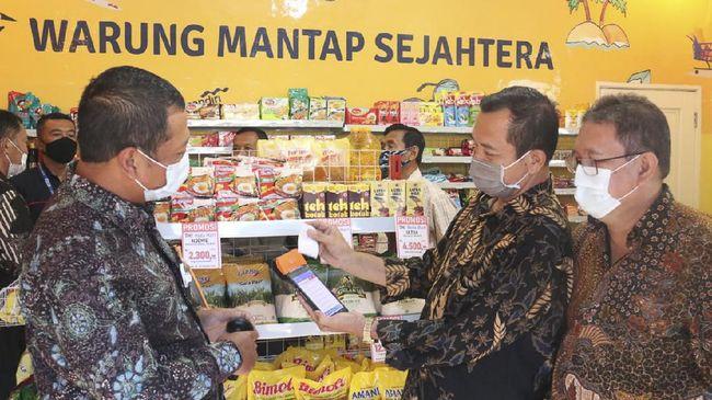 Bank Mantap memberikan bantuan modal dan pelatihan bagi pensiunan TNI macam Letkol (Purn) Darmawan untuk membuka toko.