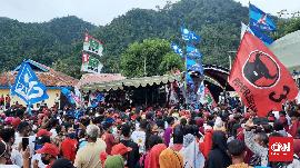 Massa Menyemut Tanpa Jarak di Kampanye Terakhir Buru Selatan