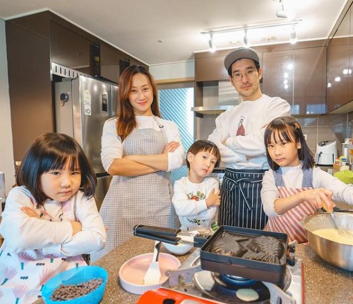 Lagi-lagi potret mereka memasak bersama. Sunji, Yunji, dan Jio juga Papa Jay bergaya menunggu masakan yang sedang mereka masak yaitu Bungeoppang, salah satu makanan khas Korea. Kompak dan seru banget ya! (Instagram/@kimbabfamily.official)
