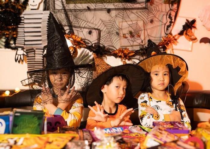 Nah berikut keseruan Sunji, Yunji, dan Jio saat berdandan merayakan Halloween. Lucu dan seru banget ya, Ladies! Dengan berbagai permen dan coklat kesukaan, mereka terlihat manis dan lucu. (Instagram/@kimbabfamily.official)