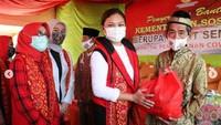 <p>Istri Mensos ini juga kerap turun langsung ke lapangan untuk memberikan bantuan sosial ke masyarakat, Bunda. (Foto: Instagram @gracebatubaraoffc)</p>