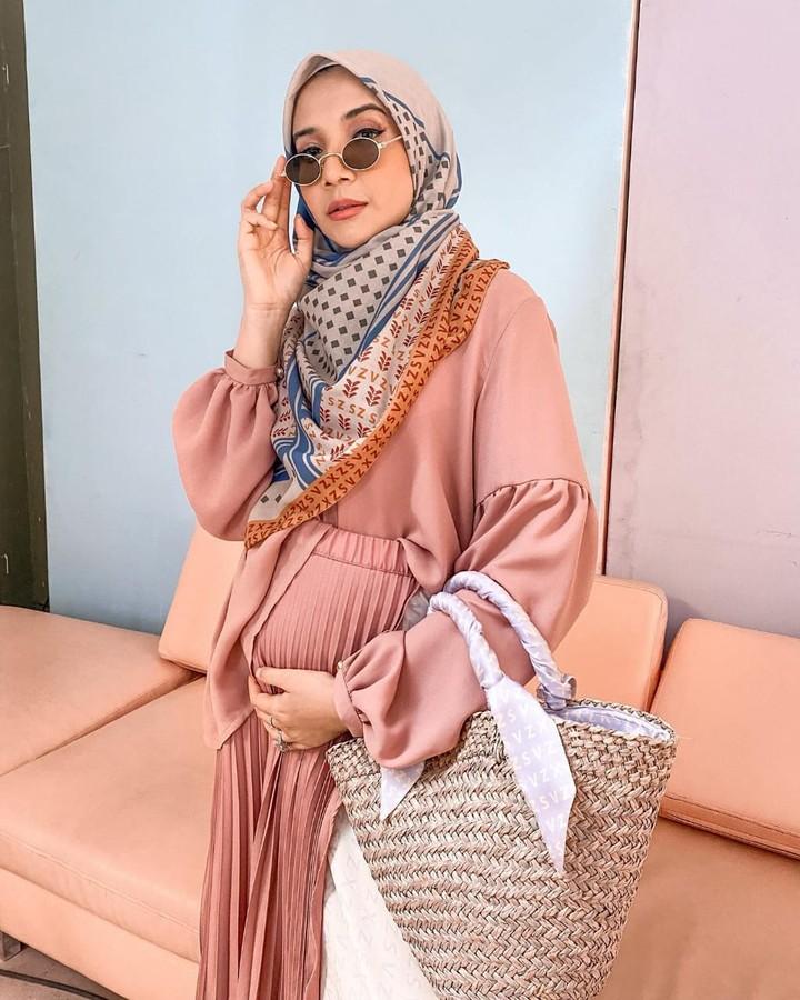 Sudah menikah selama 9 Tahun, Zaskia Sungkar akhirnya sedang mengandung anak pertamanya melalui program bayi tabung. Intip 5 potret kehamilannya yuk Bunda.