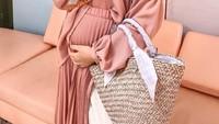 <p>Kehamilan anak pertama ini membuat Zaskia sering mual dan muntah sepanjang hari, Bunda. (Foto: Instagram @zaskiasungkar15)</p>