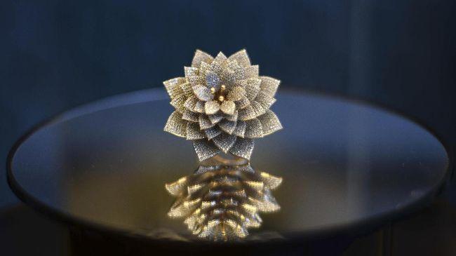 Sebuah cincin berbentuk bunga dengan 12.638 berlian kecil masuk ke dalam Guinness World Records.