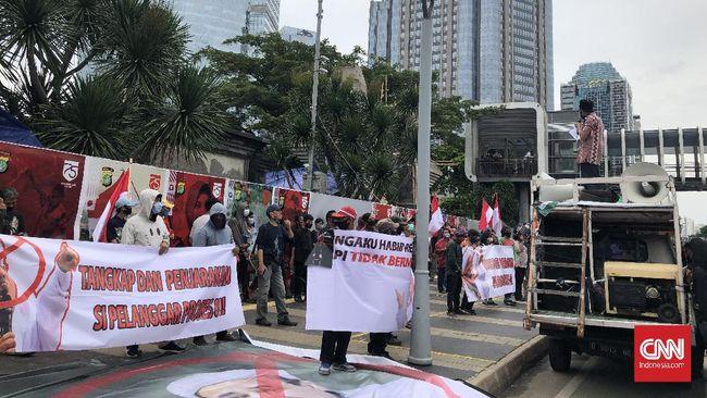 Puluhan orang di Polda Metro Jaya mendesak aparat kepolisian segera menangkap Rizieq Shihab. Polisi menjadwalkan pemeriksaan terhadap pemimpin FPI itu hari ini.