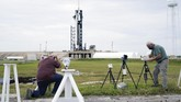 SpaceX berhasil meluncurkan kapsul Dragon dari Kennedy Space Center NASA menuju orbit, Minggu (6/12) pukul 11:17 waktu setempat.