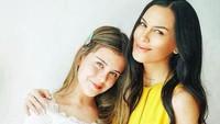 <p>Dari pernikahan kedua sang ibu, Eva Celia punya adik perempuan yang bernama Manuella Aziza. (Foto: Instagram)</p>
