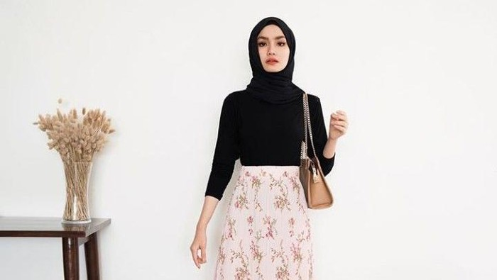 Mix and Match Outfit Rok Floral Buat Hijabers, Siap Banget Tampil Kekinian!