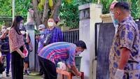 <p>Tetap mematuhi protokol kesehatan, Selvi Ananda juga mengenakan masker dan mencuci tangan sebelum mencoblos. (Foto: Instagram @oragibranora)</p>