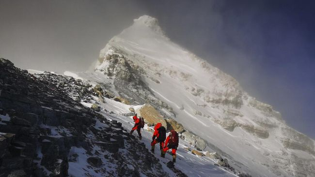 Nepal geger setelah seorang pendaki yang sedang menuju puncak Gunung Everest dinyatakan positif Covid-19 setelah hasil tesnya keluar pada Kamis (22/4).