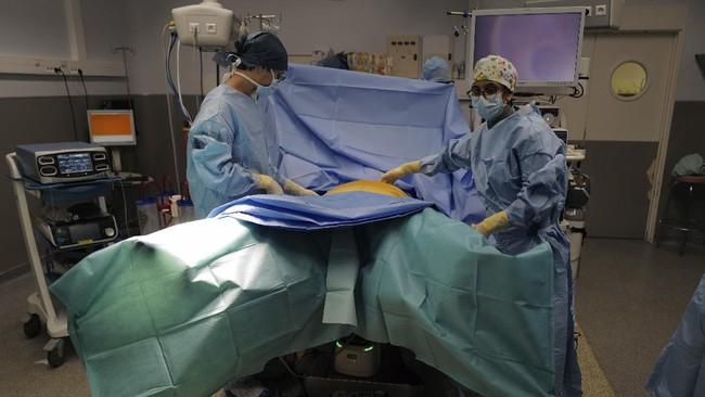 Setelah beberapa penundaan karena pandemi Covid-19, kini ruang bedah di rumah sakit Paris sudah mulai kembali beroperasi.