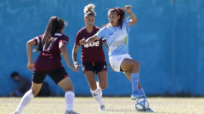 Mara Gomez menjadi wanita transgender pertama yang bermain di liga sepak bola profesional Argentina setelah melakoni debut bersama Villa San Carlos.