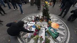 FOTO: Mengenang 40 Tahun Kematian Lennon di Strawberry Fields