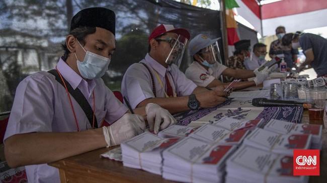 Untuk menarik perhatian pemilik suara, para petugas di TPS 49 Tangerang Selatan mengenakan berbagai seragam mulai dari seragam SD, SMP, hingga SMA.