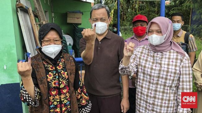 Wali Kota Surabaya yang juga Ketua DPP PDIP Tri Rismaharini menggunakan hak pilih pilkada Surabaya di TPS 01, Taman Pondok Indah, Wiyung.