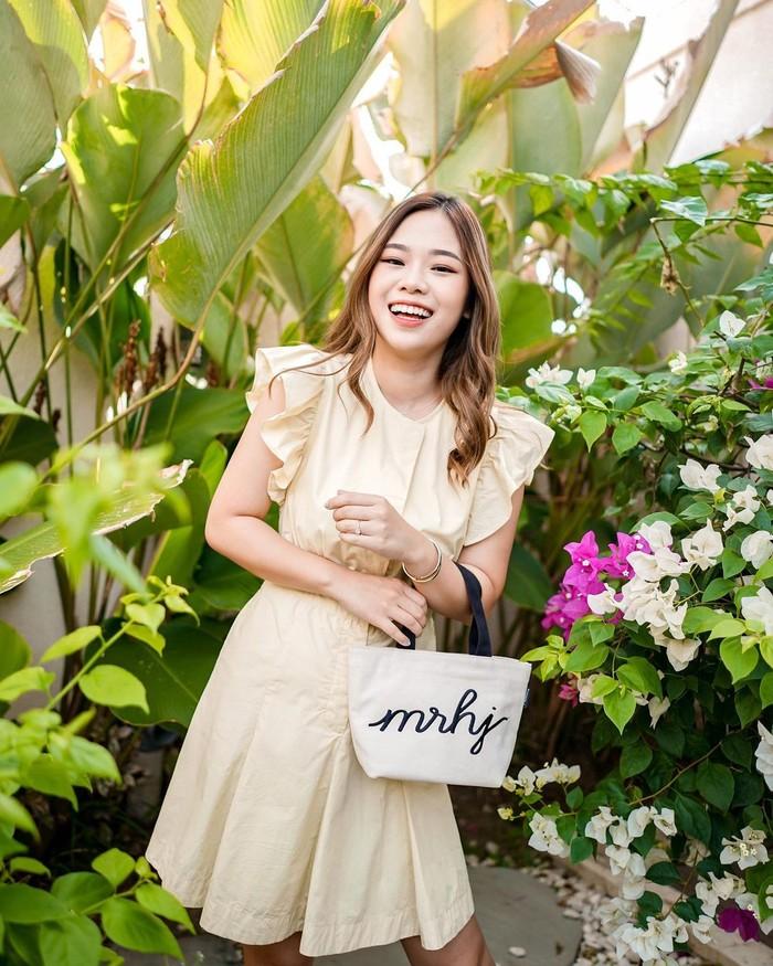 Seperti yang diutarakan Monita Lin, keputusan mengembangkan karir influencer pindah ke Bali yang satu ini terealisasi dengan hadirnya berbagai konten fresh dan makin menarik, Ladies. Seperti saat mempromosikan produk yang di endorse, influencer cantik ini memilih spot-spot foto yang terlihat berwarna dan lebih menyatu dengan alam (Foto: www.instagram.com/molita_lin).