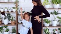 <p>Momen manis Jennifer Bachdimbermain dengan anak-anaknya. So sweet ya, Bunda. (Foto: Instagram @jenniferbachdim)</p>