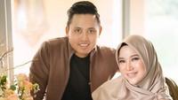 <p>Chacha dan suaminya, Dico Ganindito, kompak mengurus sang buah hati. (Foto: Instagram @dicoganinduto)</p>