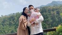 <p>Chacha bersama suami mulai banyak menghabiskan waktu di Kendal, Jawa Tengah. Keduanya juga memboyong sang putri, Bunda. (Foto: Instagram @chafrederica)</p>