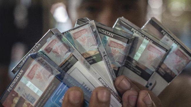 Sejumlah pedagang masih belum menaikkan harga rokok meski pemerintah telah mengerek tarif cukai.