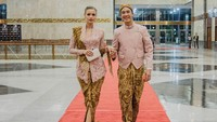 <p>Pakaian tradisional keduanya bernuansa pink pastel. Bagus ya, Bunda? (Foto: Instagram @vjdaniel)</p>