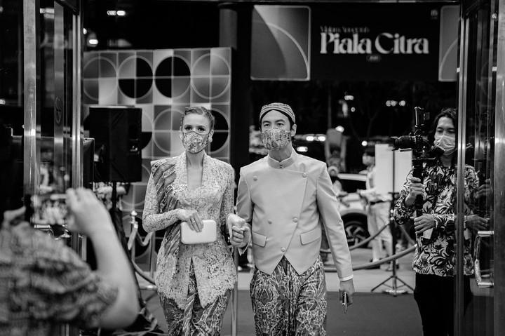 Daniel Mananta dan Istri Berpakaian Adat Jawa