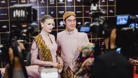 <p>Daniel Mananta dan istri bulenya, Viola Maria, menghadiri acara Festival Film Indonesia 2020 baru-baru ini. Keduanya mengenakan busana adat Jawa. (Foto: Instagram @vjdaniel)</p>