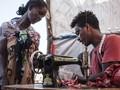 FOTO: Kisah Penjahit Ethiopia Perbaiki Baju Sesama Pengungsi