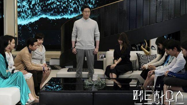 Sinopsis The Penthouse Episode 14 masih membahas konflik mengenai kematian Seol-a. Kali ini Logan Lee datang sebagai saksi.