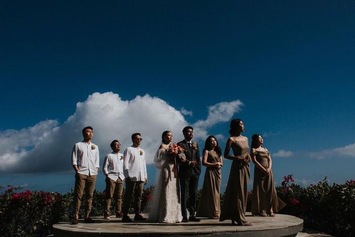 Last but not least, tak ketinggalan Melody Amadea pun membagikan potret dirinya bersama bridesmaid yang menemani selama prosesi. Ucapan terima kasih untuk para sahabat pun mengalir lewat caption yang dituliskannya. Kini, keduanya memutuskan untuk tinggal dan menetap di Bali. (Foto: www.instagram.com/melodyamadeas).