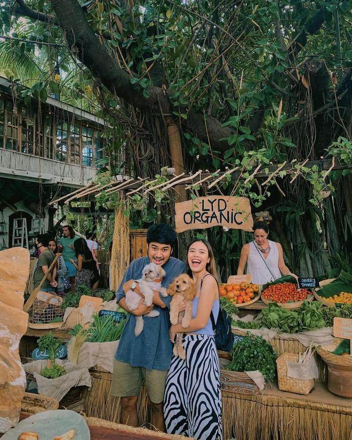 Punya ketertarikan yang sama di bidang fotografi, traveling, dan juga lifestyle membuat Melody Amadea dan suami sering membuat konten bersama. Mulai dari momen saat mereka travelling sampai me-review berbagai tempat menarik yang dikunjungi. (Foto: www.instagram.com/melodyamadeas).