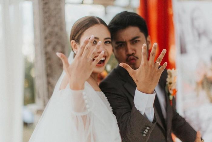 Finally, Melody Amadea dan Daniel Shepherd akhirnya resmi menikah! Keduanya melangsungkan prosesi pernikahan pada September silam, Ladies. Pulau Dewata Bali pun dipilih sebagai tempat mereka melangsungkan momen sakral pernikahan (Foto: www.instagram.com/melodyamadeas).