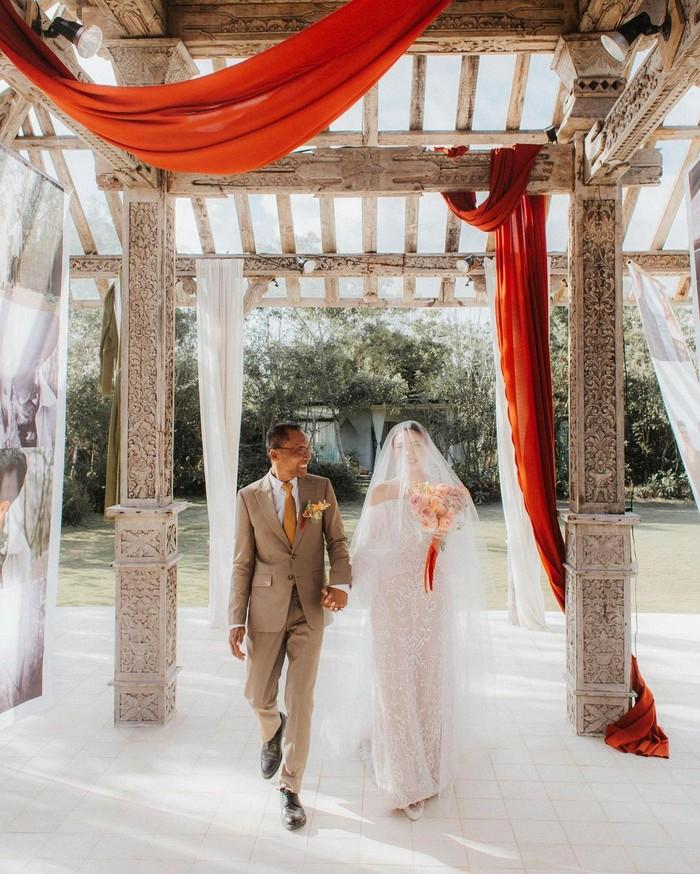 Saat hari pernikahannya, Melody Amadea mengunggah foto bersama sang ayah. Sosok influencer cantik yang satu ini pun menuliskan caption penuh haru untuk cinta pertamanya, sang ayah (Foto: www.instagram.com/melodyamadeas)