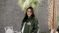 <p>Mengenakancoach jacket, Momo terlihat simpel tapi fashionable.(Foto: Instagram @therealmomogeisha)</p>