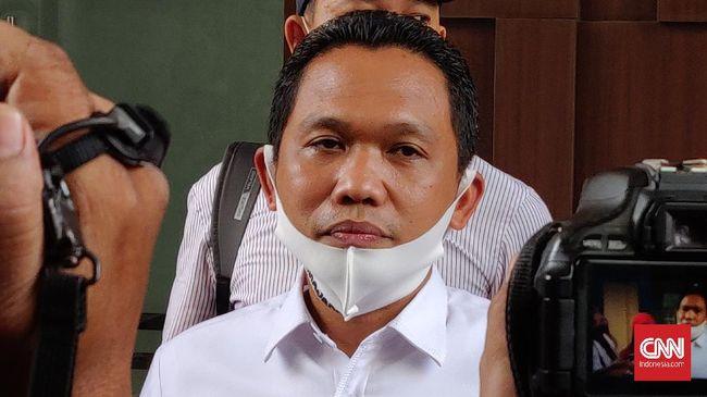 Bupati Lumajang Thoriqul Haq juga dikirimi foto tempat anaknya bersekolah di Surabaya sebagai bentuk teror atas tindakan dia menertibkan pungli tambang pasir.