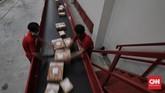Jelang Harbolnas 12.12, para pekerja di e-commerce sudah mulai packing pesanan konsumen yang sudah ramai sejak hari ini, Jumat (11/12).