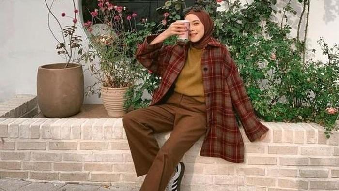 Mix and Match Outfit Hijab dengan Kemeja Kotak-kotak, Stunning Abis!
