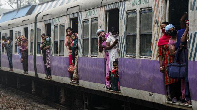 Seorang pekerja di jalur kereta api India dielu-elukan sebagai pahlawan super setelah melakukan aksi heroik saat menyelamatkan bocah yang terjatuh ke rel.