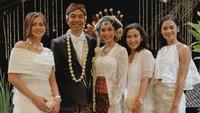 Saat menikah, Dimas Djay tampak memakai kemeja putih yang dibalut jas hitam. Sedangkan Faradina Mufti tampil cantik dengan kebaya putih. Serasi banget ya, Bunda. (Foto: Instagram @ociehanfei)